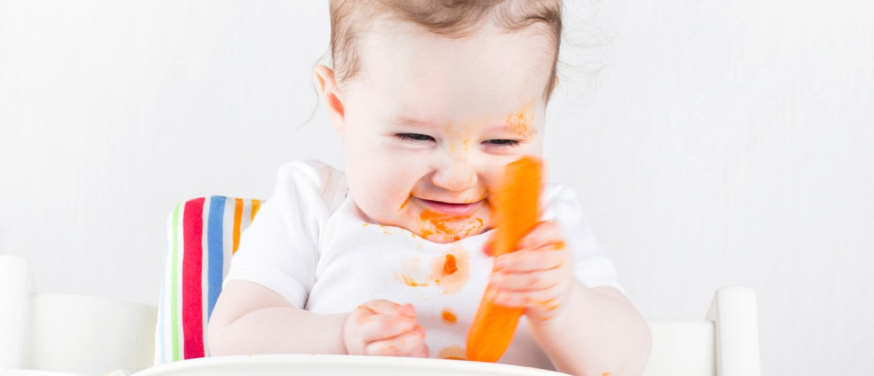 Happy baby starting solids. Introducing solids – When and how to start with baby first foods| Blackmores