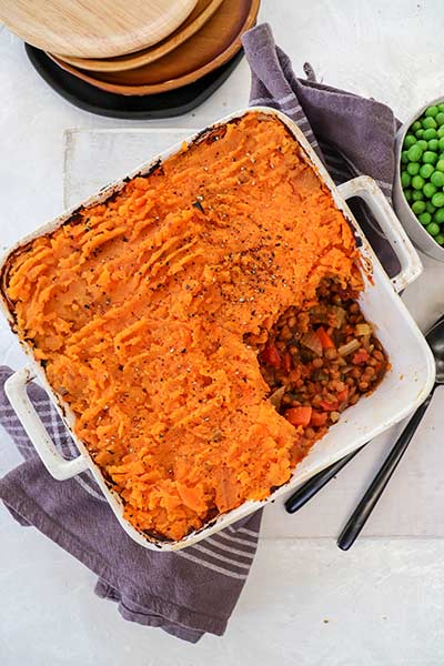 Shepherd's pie with sweet potato crust served with green peas